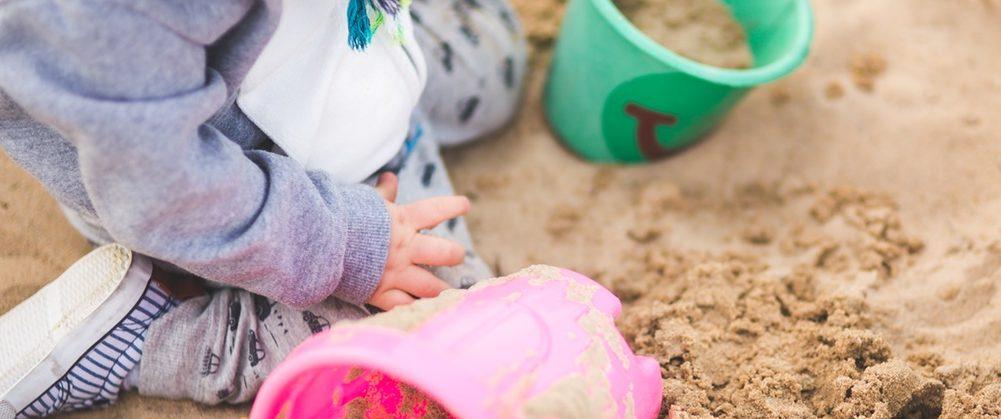 Kinder lieben Sand